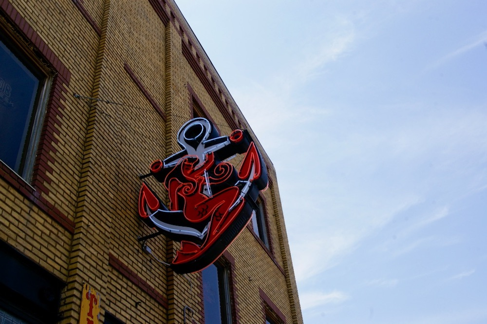 Neon sign of an anchor and mermaid at The Anchor in Wichita, Kasnas